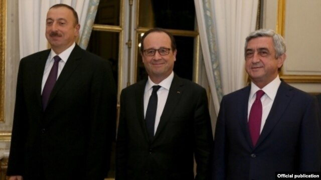 Azerbaijani President İlham Aliyev (left), French President Francois Hollande (center) and Armenian President Serzh Sarkisian in Paris for talks on the Nagorno-Karabakh conflict on October 27.