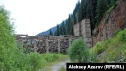 Сквозная противоселевая дамба, установленная выше озера Иссык в 1980 году. Алматинская область,18 июля 2010 года.