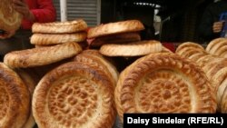 Kyrgyzstan -- Patyr nan, the traditional Uzbek bread, on display at a marketplace in Osh, Jun2011