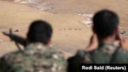 Бійці «Сирійських демократичних сил» на позиції поблизу Манбіджа, Сирія, кінець травня 2016 року
