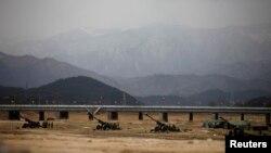Оңтүстік Корея қарулы күштерінің әскери жаттығу өткізіп жатқан бөлімшесі. 9 сәуір 2013 жыл.