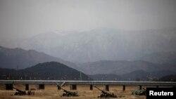 Günorta Koreýanyň artilleriýasy Günorta Koreýanyň ABŞ bilen bilelikde geçirýän harby türgenleşiklerinde, 9-njy aprel, 2013.