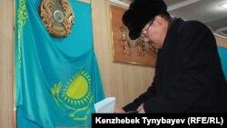 Голосование на парламентских выборах на избирательном участке № 263. Алматы, 15 января 2012 года.