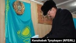 Алматыдағы №263 сайлау учаскесінде кезектен тыс парламент және жергілікті мәслихат депутаттарының сайлауына дауыс беріп жатқан сайлаушы. 15 қаңтар 2012 жыл.