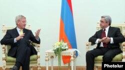 Arxiv foto: İsveçin Xarici İşlər naziri Carl Bildt (solda) Ermənistan prezidenti Serzh Sarkisian-la görüşərkən. 14 iyun 2011