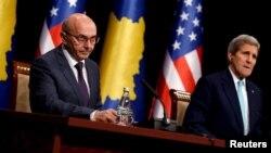 Kryeministri i Kosovës, Isa Mustafa dhe Sekretari amerikan i Shtetit, John Kerry, gjatë vizitës së këtij të fundit në Kosovë, 2 dhjetor 2015