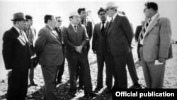 Председатель Совета министров Казахской ССР Нурсултан Назарбаев и первый секретарь ЦК Компартии Казахстана Динмухамед Кунаев. (на фото в центре).