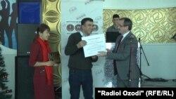Вручение награды журналисту Радио Озоди Масуми Мухаммадраджабу, 15 декабря 2017 года
