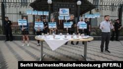 Стіл і посуд під посольством Росії в Києві, 25 липня 2019 року