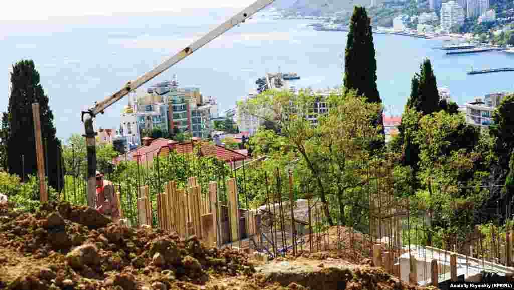 А ось на західному схилі пагорба, в безпосередній близькості від меморіалу, будівництво недавно почалося