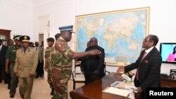 Роберт Мугабе армия жана полиция башчылары менен. Хараре, 19-ноябрь, 2017-жыл.