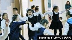 Дети, играющие во время перерыва между классами. Иллюстративное фото.