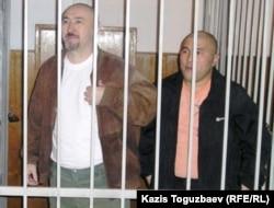Осуждённые по «Шаныракскому делу» Арона Атабек и Курмангазы Утегенов (справа). Алматы, 5 октября 2007 года.