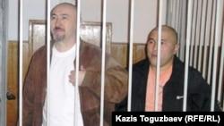 Осужденные по делу Шанырака Арон Атабек (слева) и Курмангазы Утегенов (справа) в суде. Алматы, 5 октября 2007 года.