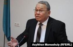 Гражданский активист Алпамыс Бектурганов проводит пресс-конференцию. Алматы , 23 сентября 2014 года.