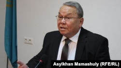Член Коммунистической партии Алпамыс Бектурганов на пресс-конференции в Алматы. 23 сентября 2014 года.