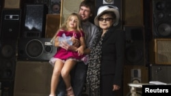 Петр Верзилов, муж Надежды Толоконниковой, с дочерью Герой и вдова Джонна Леннона Йоко Оно. Нью-Йорк, 21 сентября 2012 года.