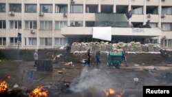 Барикади біля міськради теж згоріли