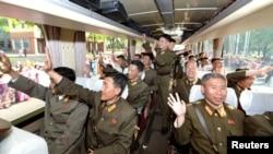 Құрлықтағы Hwasong-12 стратегиялық баллистикалық зымыранын құрастырушылардың Пхеньянға келуі. Солтүстік Кореяның KCNA ақпарат агенттігінің суреті. 19 мамыр 2017 жыл.
