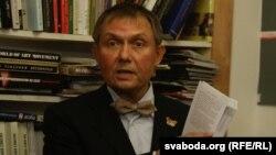 Александр Лукашук во время презентации своей книги в Минске