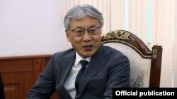 СигэкиМаэда Кыргызстандын тышкы иштер министри Чыңгыз Айдарбеков жолугушуу учуру.