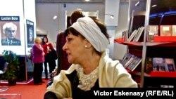 Elisabeth Ochsenfeld la standul României de la Tîrgul de carte