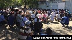 Люди собрались, чтобы помянуть погибших при пожаре 27 августа в Москве.