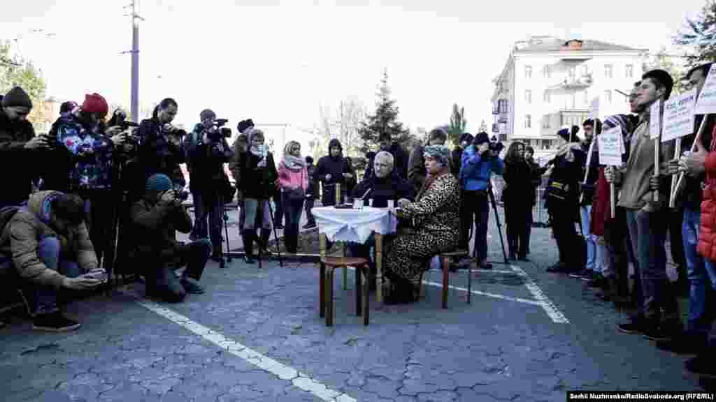 Активісти «Крим SOS» закликають усіх небайдужих приходити на акції під посольство Росії. Ваша присутність на акції – це надія для рідних на те, що їхні зниклі близькі будуть знайдені