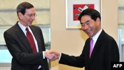 South Korean Deputy Foreign Minister Kim Jae-shin (right) meets with Robert Einhorn, the U.S. State Department's special adviser for nonproliferation and arms control, in Seoul on January 17.