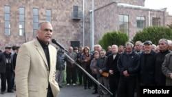 «Ժառանգություն» կուսակցության առաջնորդը հանդիպում է ընտրողների հետ: Կոտայքի մարզ, 12-ը ապրիլի, 2012թ.