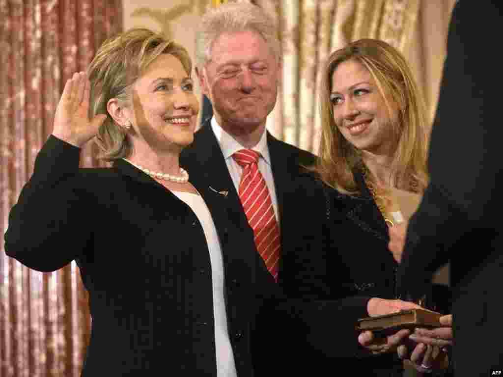 Washington - Hillary Clinton položila zakletvu - U prisustvu svog supruga,Billa Clintona i kćerke Chelsea, Hillary Clinton je položila svečanu zakletvu na mjesto američke državne tajnice.
