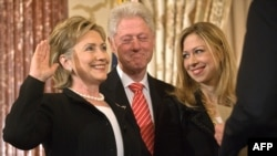 На фото слева направо - госсекретарь Хилари Клинтон, ее муж - экс-президент США Билл Клинтон и их дочь Челси, 2 февраля 2009