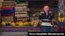 Продавец фруктов и овощей в Турции