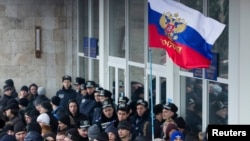 Пророссийские активисты у здания Верховной Рады Крыма. 1 марта 2014 года.