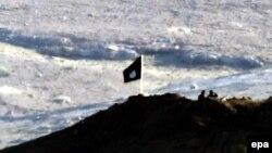 Флаг ИГ в районе сирийского Кобани. Иллюстративное фото.
