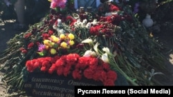 Могилы российских солдат, возможно, погибших на Украине