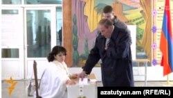 Առաջին նախագահ Լևոն Տեր-Պետրոսյանը քվեարկում է սահմանադրական փոփոխությունների հանրաքվեում