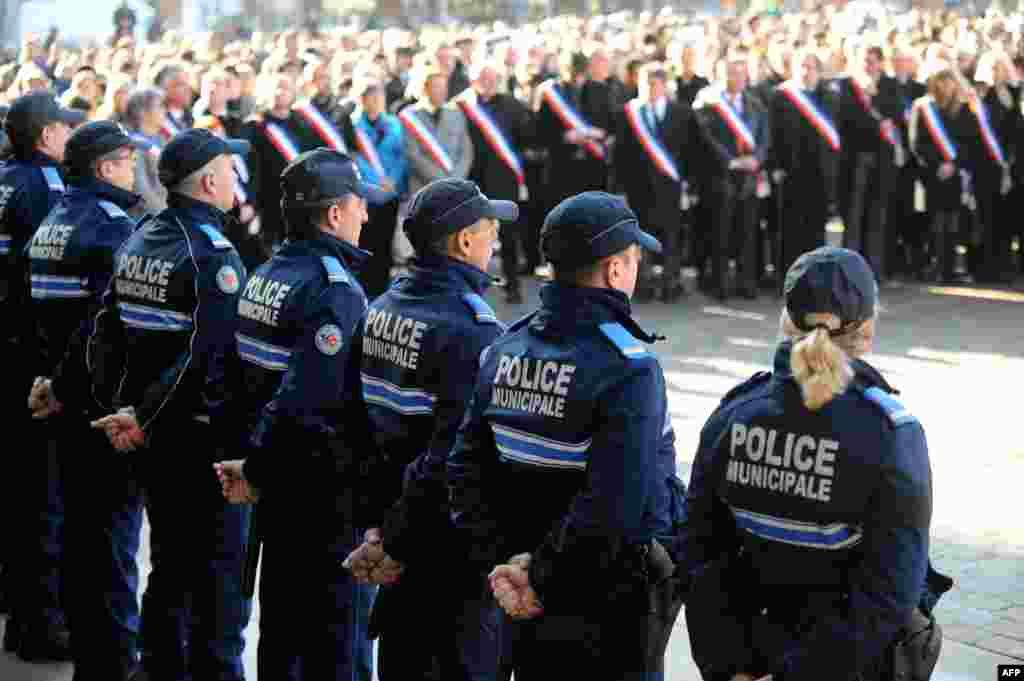 Полиция в Тулузе после нападения террористов на редакциюCharlie Hebdo