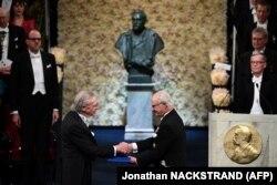 پتر هانتکه در حال دریافت جایزه خود از دست پادشاه سوئد