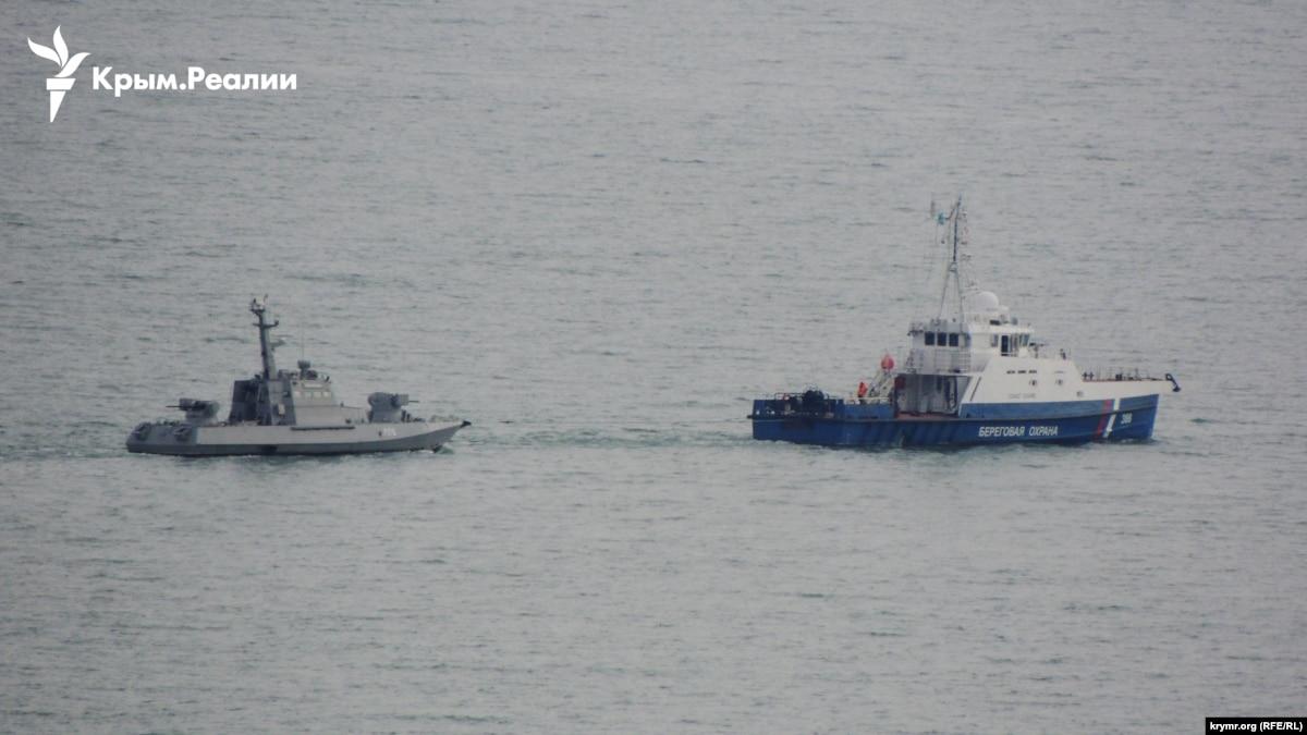 Захваченные украинские катера выводят из Керчи €? фото