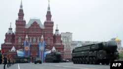 """Установки с ракетным комплексом для запусков """"Тополя"""" на военном параде в Москве. 9 мая 2012 года."""