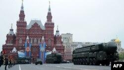 """Парадга чыккан техникалардын арасында """"Тополь"""" континенттер аралык баллистикалык ракетасы да болду, Москва,9-май, 2012"""