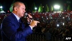 Эрдоган тарафдарлары алдында чыгыш ясый
