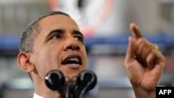 Президент США Барак Обама излагает свое видение госбюджета страны на 2013 год перед студентами одного из колледжей штата Вирджиния, 13 февраля 2012 г.