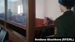 Бывший глава комитета таможенного контроля Серик Баймаганбетов на скамье подсудимых. Астана, 8 января 2013 года.