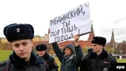 Задержание участника одиночного пикета против политики министерства культуры в Москве