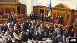 К трибуне парламента не прорваться - депутаты от партии регионов стоят стеной