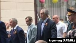 Сергій Аксеонов і Володимир Константинов крокують Сімферополем після параду