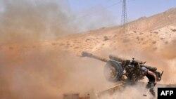 """Сирия үкіметі әскері """"Ислам мемлекеті"""" ұйымы содырларына қарсы ұрыс кезінде. Сирия, мамыр 2015 жыл."""