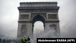 Столкновения в Париже: более 100 человек травмированы (фоторепортаж)